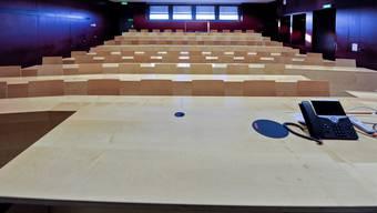 Leerer Hörsaal der Universität Basel: Trotz vakanter Professuren gehe der Betrieb normal weiter, sagt die Universität. Martin Töngi