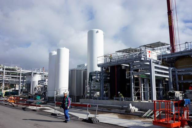 Von hier werden aus werden die Rohstoffe in den Tanks mit Rohrleitungen zum Hauptgebäude transportiert.