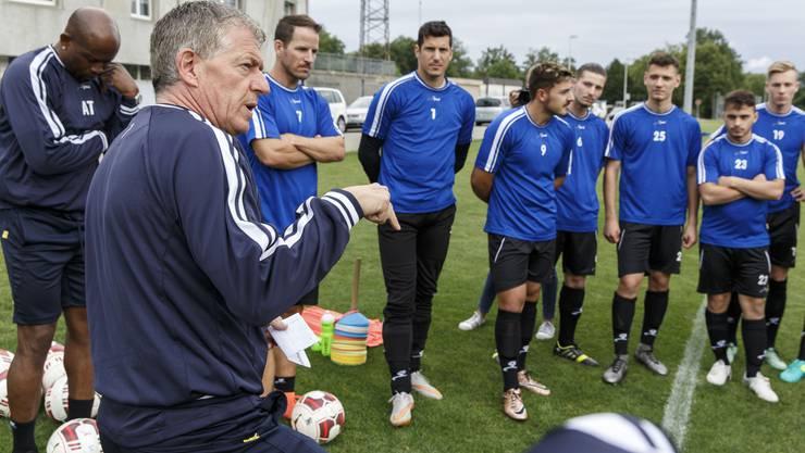 Roland Hasler im Training mit der Mannschaft.