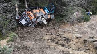 Das Tunnelreinigungsfahrzeug blieb beschädigt am Fuss des Abhangs liegen. Der Chauffeur erlitt Verletzungen.