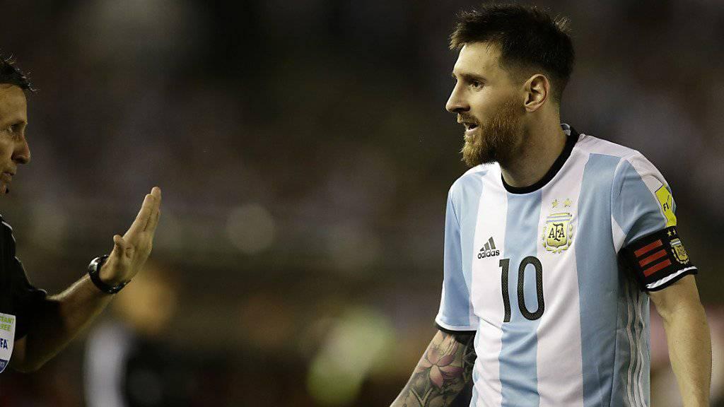 Lionel Messi (rechts) wird im Kampf gegen seine vier Länderspiel-Sperren von Barcelona unterstützt