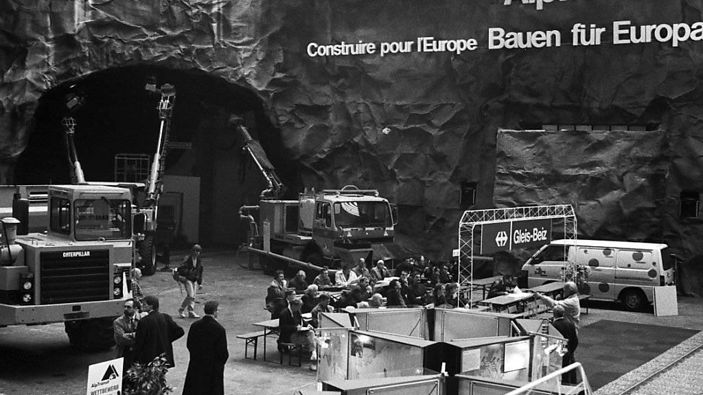 """Unter dem Titel """"Bauen für Europa"""" stellen 1993 die SBB das Projekt Alptransit in einer ganzen Halle Schweizer Mustermesse in Basel vor. (Archivbild)"""