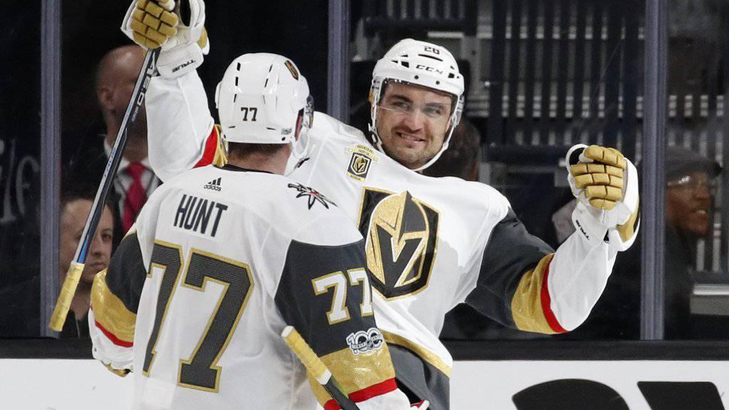 Die Spieler der Vegas Golden Knights, hier William Carrier (rechts) und Brad Hunt, haben derzeit viel zu bejubeln