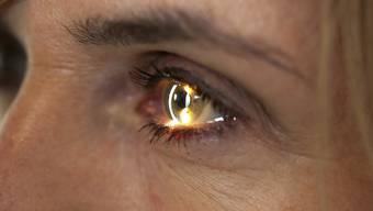 Zahlen Frauen für strahlende Augen einen zu hohen Preis? Nachdem der Verband der Kantonschemiker 9 Mascara und 2 flüssige Eyeliner wegen krebserregender Nitrosamine aus dem Verkehr gezogen hat, dürfte viele Frauen diese Frage bewegen.
