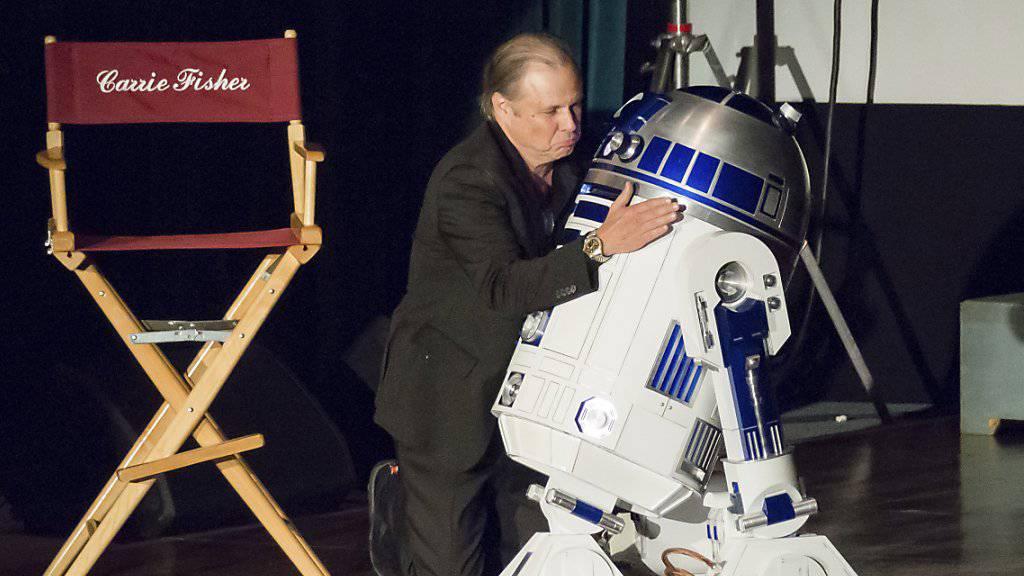 """Selbst R2-D2, der berühmte kleine Roboter aus """"Star Wars"""", hatte einen kurzen Auftritt zu Ehren von Carrie Fisher, der Prinzessin Leia aus der Kult-Kinoserie."""
