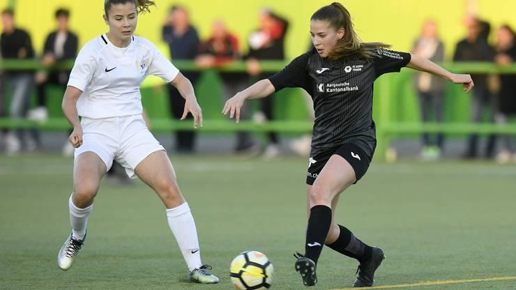 Siria Berli versucht den Ball an ihrer Gegnerin vorbeizuspielen.