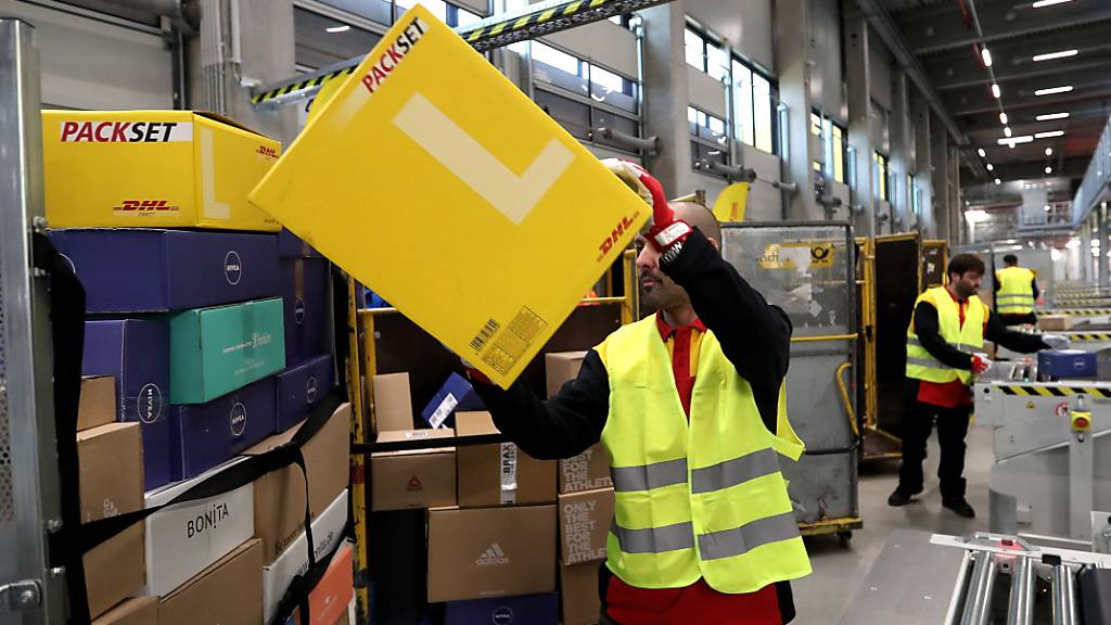 Die Deutsche Post hat während der Coronakrise im Bereich E-Commerce stark zugelegt - im Bild ein Verteilzentrum der Deutsche Post DHL in Bochum. (Archiv)
