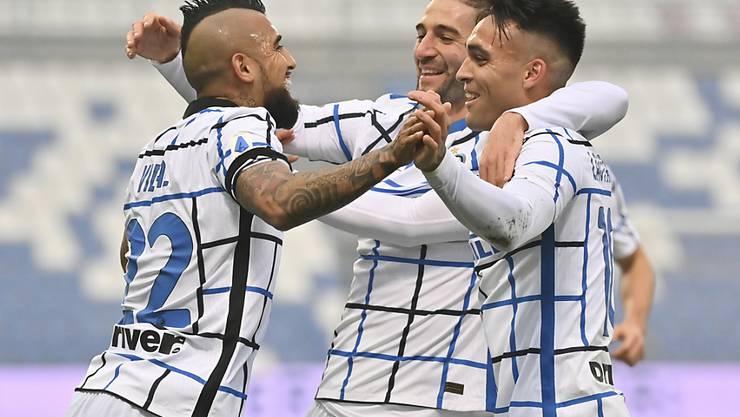 Die Inter-Spieler Arturo Vidal, Roberto Gagliardini und Lautaro Martinez (von links) jubeln nach dem Sieg gegen Sassuolo