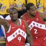 Torontos Center Serge Ibaka (Nummer 9) nach einem erfolgreichen Dreipunkte-Wurf in Oakland gegen Golden State, daneben dreht Teamkollege Kawhi Leonard ab