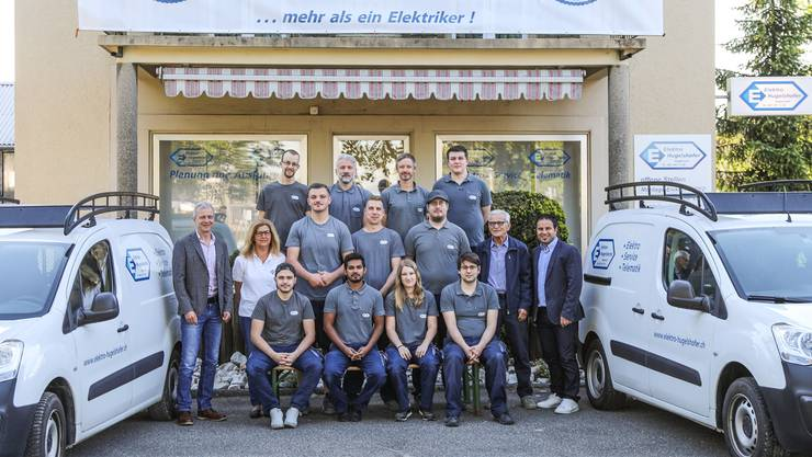 Die beiden Inhaber Rainer Hugelshofer (l.) und Huss Hanna (r.) mit Gründer Hanspeter Hugelshofer (2.v.r.) und Team.