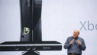 Microsoft-Chef Steve Ballmer mit dem Sorgenkind Xbox (Archivbild)