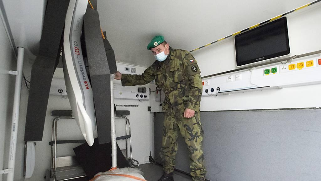 Die tschechische Armee baut ein Feldkrankenhaus auf dem Prager Messegelände auf. Foto: Josef Vostárek/CTK/dpa