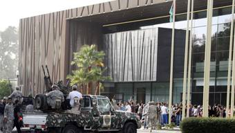 Protestierende und Soldaten vor dem Parlament in Tripolis (Archiv)
