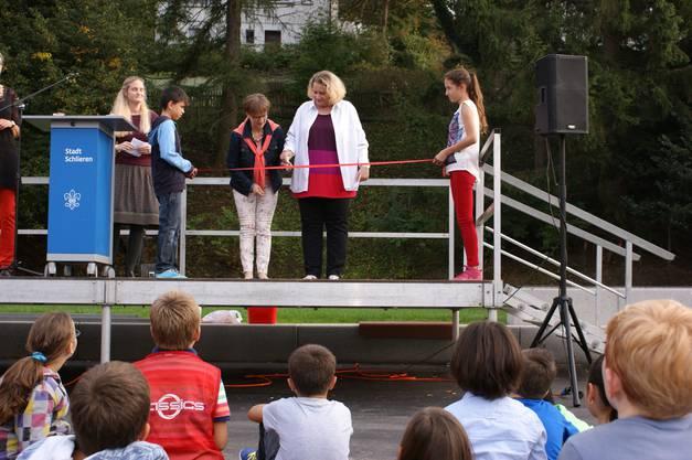 Stadträtin Manuela Stiefel (links) und Schulpflegepräsidentin Beatrice Krebs (rechts) schneiden das rote Einweihungsband durch