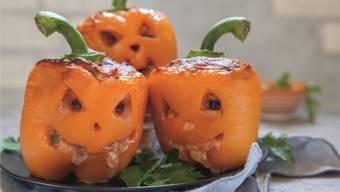 Aus Peperoni werden fürs Halloween-Znacht gefüllte Schrumpfköpfe.