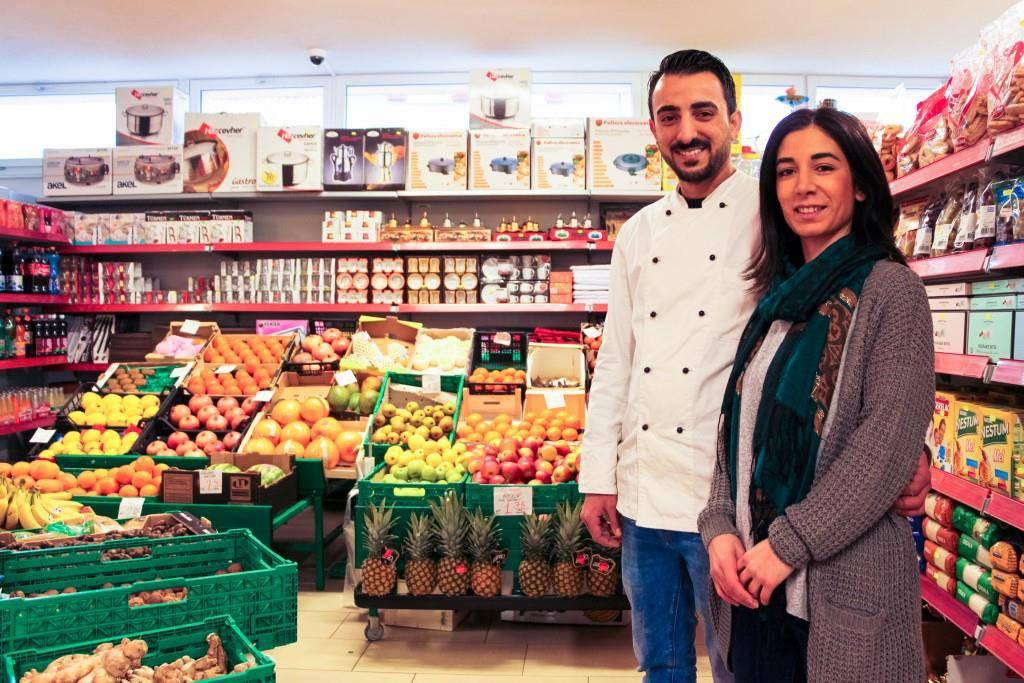 Ozan und Semira Bakir führen den Familienbetrieb Mevlana Markt in Gossau. (© Raphael Rohner)