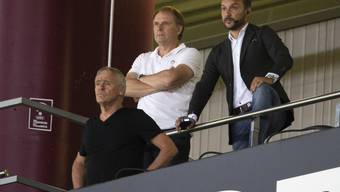 Alain Geiger (Mitte) wird sich das Spiel seiner Mannschaft am Sonntag in St. Gallen von der Tribüne aus ansehen müssen