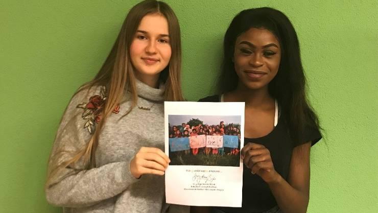 Ismine und Maida mit dem Rundbrief von Living Education