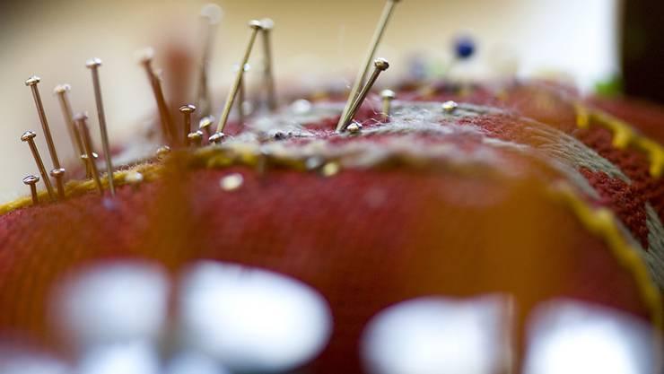 Stecknadeln gehören in Textilien - nicht in Lebensmittel. (Symbolbild)