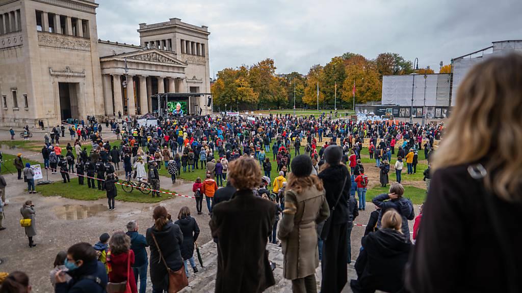 dpatopbilder - Hunderte Personen haben sich am Königsplatz in München zu einer Demonstration versammelt. Unter dem Motto «Aufstehen für die Kultur» erinnern Künstler an die schwierigen Lebenssituationen, die aus der Coronakrise für viele Kulturschaffende entstanden sind. Foto: Lino Mirgeler/dpa