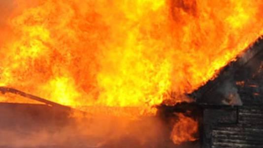 Ein Haus steht in Flammen (Symbolbild)