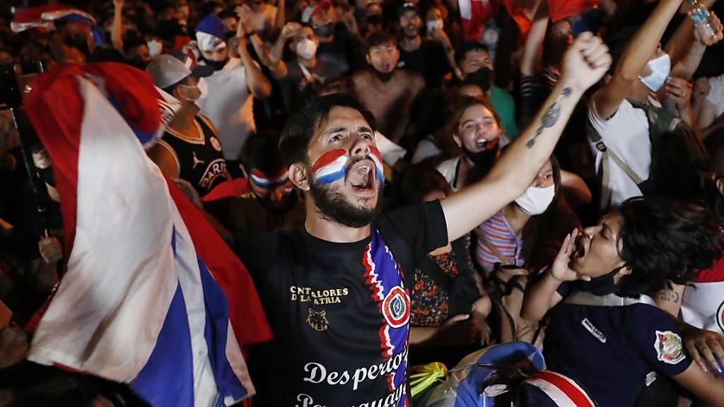 Demonstranten protestieren gegen die Regierung von Präsident Mario Abdo Benitez als Reaktion auf den Mangel an Medikamenten für Covid-19-Patienten in Krankenhäusern und die geringe Verfügbarkeit des Impfstoffs. Foto: Jorge Saenz/AP/dpa