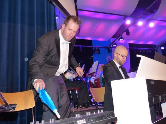 Mit umwerfenden kabarettistischen Talent Bence Tóth am Keyboard und Fabio Sacher am Klavier