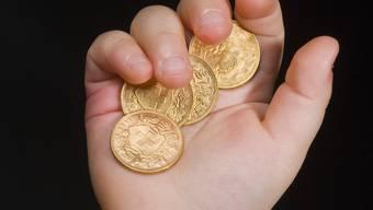 Eltern, Schüler und Lehrer von Privatschulen überreichen den Landräten am Donnerstag symbolisch Goldvrenelis, aber solche aus Schokolade.