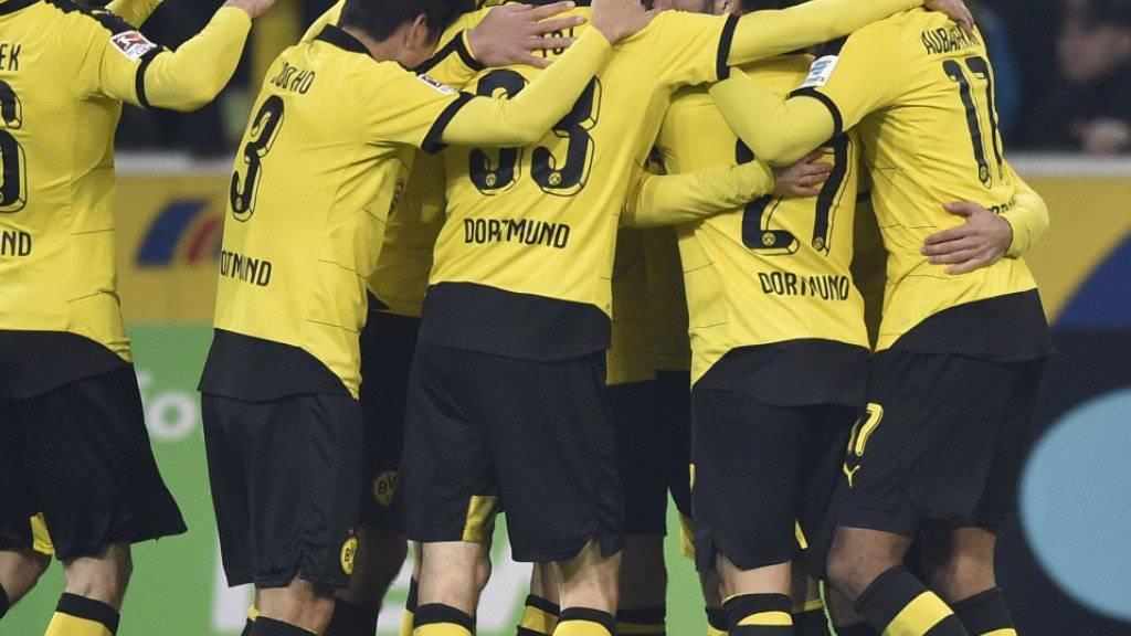 Dortmunds Spieler bejubeln den zweiten Treffer in Mönchengladbach
