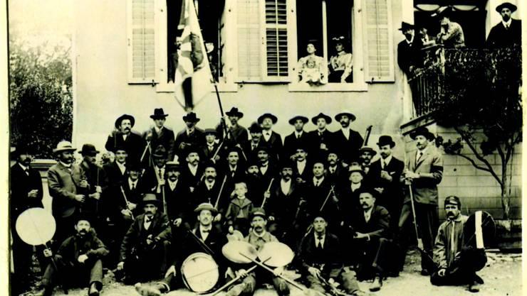 Der Schiessverein Dietikon vor dem Gasthof Herrenberg anno 1907.