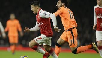 Arsenals Alexis Sanchez (links) ist vor Mohamed Salah von Liverpooal am Ball