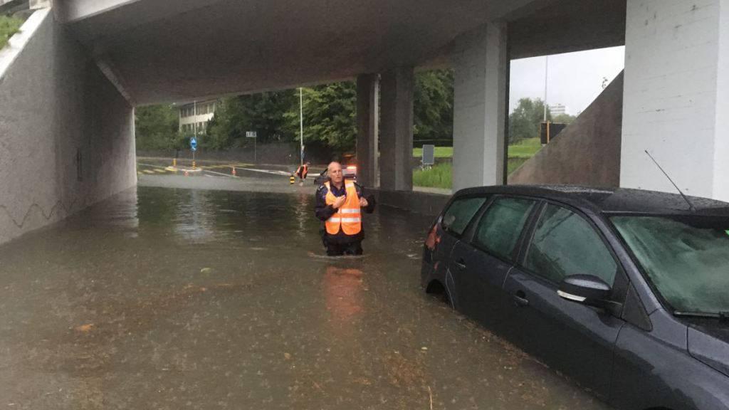 Heftige Gewitter mit Starkregen und Sturmböen setzten am Freitagabend im Kanton Zug ganze Strassen und Unterführungen binnen kurzer Zeit unter Wasser - einige Betroffene hatten die Gefahr unterschätzt.