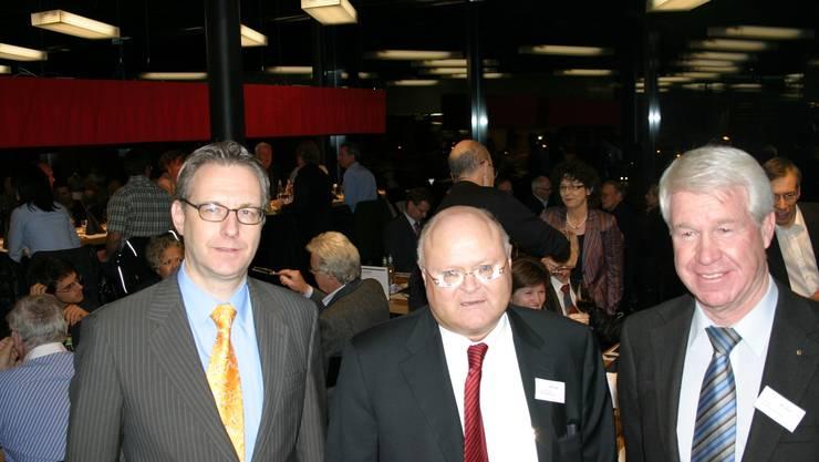 Beim Nachtessen für die Aktionäre, von links: CEO Thomas Zweifel, Verwaltungsratspräsident Karl E. Schroeder und Vizepräsident Peter Mattli, ehemaliger Urner Regierungsrat. (Bild Werner Schneiter)
