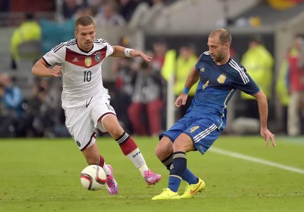 Kein Durchkommen für Lukas Podolski (links).