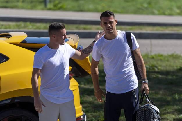 Der Bruder, sein Chauffeur: Taulant Xhaka bringt Granit (rechts) am Montag mit dem Lamborghini zur Nationalmannschaft.