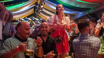 Auch dieses Jahr werden im Festzelt am Badener Oktoberfest, wie hier im Jahr 2014, wieder knapp 10 000 Feierlustige erwartet.