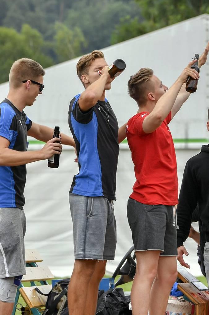 Ein oder zwei Bierchen kann es am Turnfest schon geben. Bild: KEYSTONE/Walter Bieri
