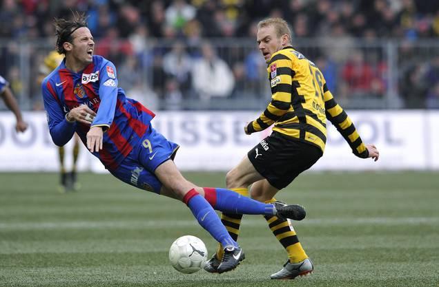 Ein Bild aus dem Jahr 2009: Duell zwischen Marco Streller (links) und Marco Schneuwly, damals in Diensten des FCB bzw. YB