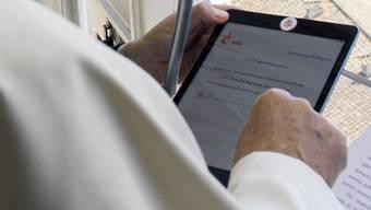 Papst Franziskus spricht zu Gläubigen auf dem Petersplatz und konsultiert dazu sein Tablet. Das weltweite Interesse an Tablets ist um vergangenen Jahr erneut gesunken. Marktführer bleibt Apple. (Archiv)