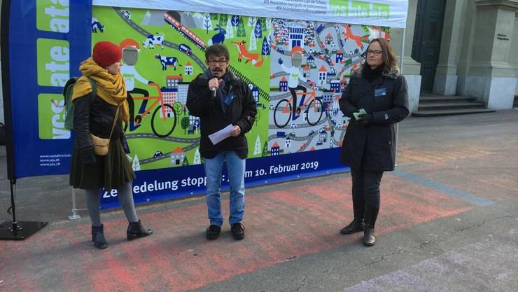 VCS-Präsident Ruedi Blumer präsentiert die Vorher-Nachher-Zeichnung der drohenden Zersiedelung in Bern.