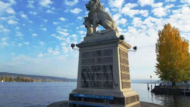 Schmierereien wie hier auf der Löwenstatue werden selten gemeldet. Foto:  zueriwieneu.ch