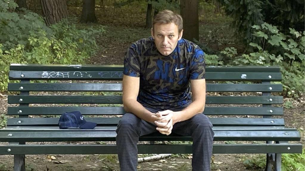 Dieses Foto, das der russische Oppositionsführer am Mittwoch, 23. September 2020 auf seinem Instagram-Account veröffentlicht hat, zeigt Alexej Nawalny auf einer Parkbank sitzen. Foto: Uncredited/navalny/Instagram/dpa