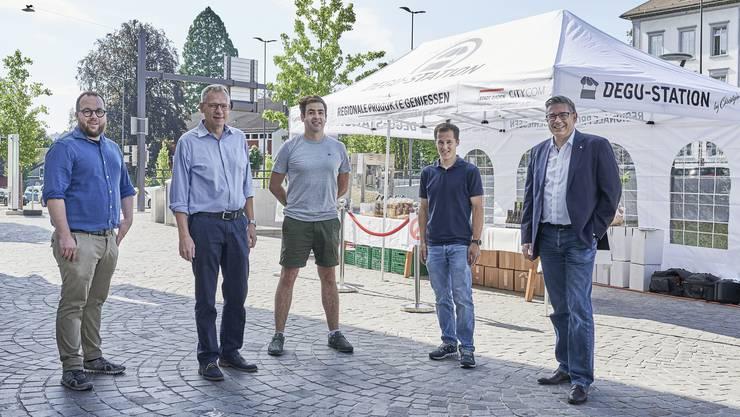 Sehr zufrieden mit der Premiere: Christoph Ettisberger, Michael Wicki (City Com), Christopher Chen, Daniel Amgarten und Stadtammann Markus Schneider (v.l.).