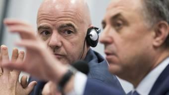 FIFA-Präsident Gianni Infantino (links) lässt sich von Russlands Sportminister Witali Mutko über den Stand der Vorbereitungen auf die WM 2018 informieren