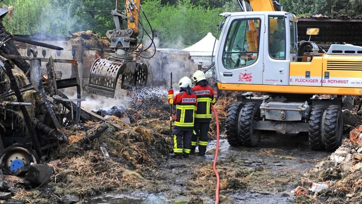 Mehr als 24 Stunden nach dem Brandausbruch mottet es noch immer aus dem nassen Stroh und Heu.