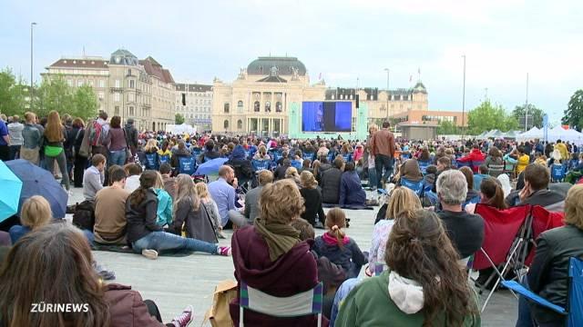 Riesiger Andrang bei Oper für alle auf dem Sechseläutenplatz