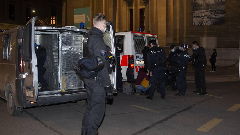 Die Polizei nahm bei der nicht genehmigten Kundgebung gegen die Pandemiebeschränkungen in Genf mehrere Personen fest.