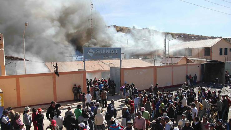 Aus Protest gegen eine kanadische Silbermine in Peru setzten Demonstranten im Mai 2011 mehrere Gebäude in der Provinz Puno in Brand. (Archivbild)