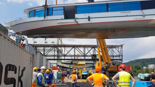 Das neue Hallwilerseeschiff wird im Muttenzer Hafen zerlegt