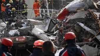 Internationale Suchteams haben unter den Trümmern in Albanien bis jetzt 49 Leichen geborgen. (Archivbild)